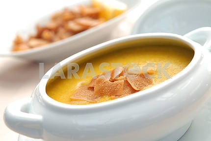 Lentil soup with crackers