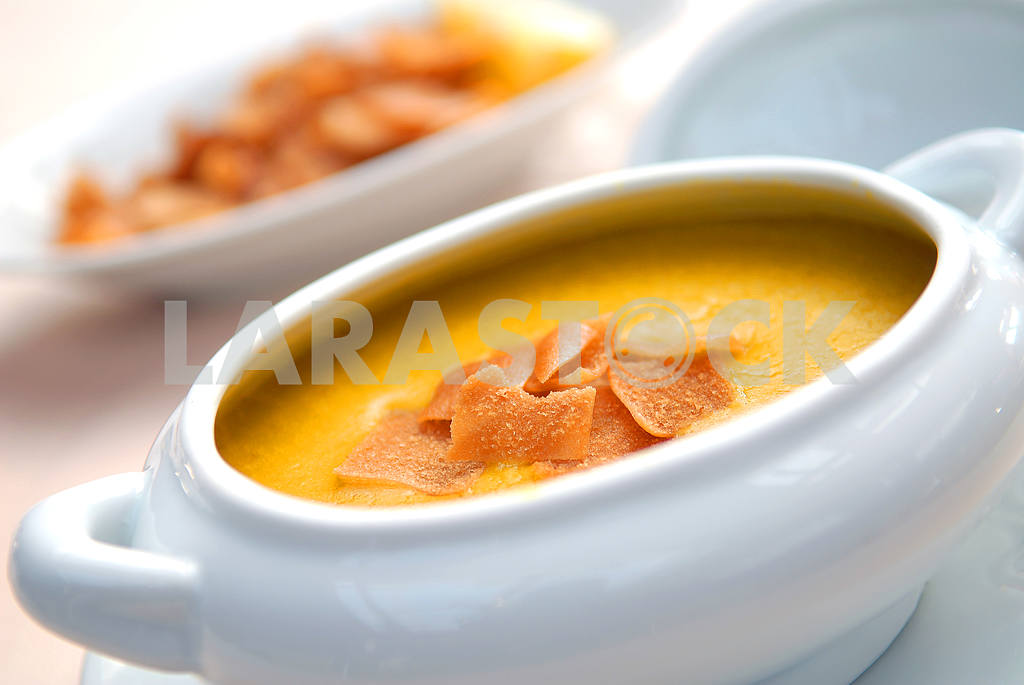 Lentil soup with crackers in a white bowl — Image 2887
