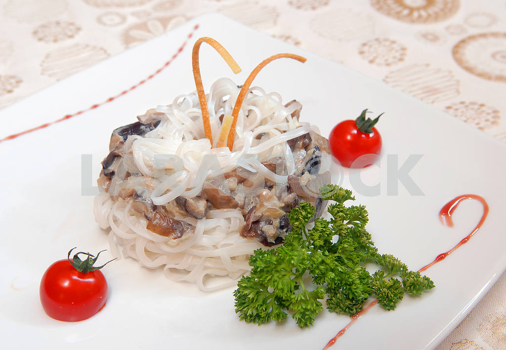 Rice noodles with mushrooms  — Image 2956