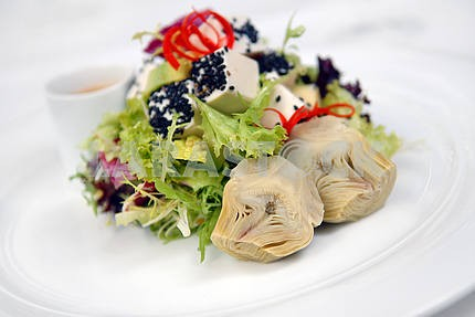 Salad with a crude and artichokes