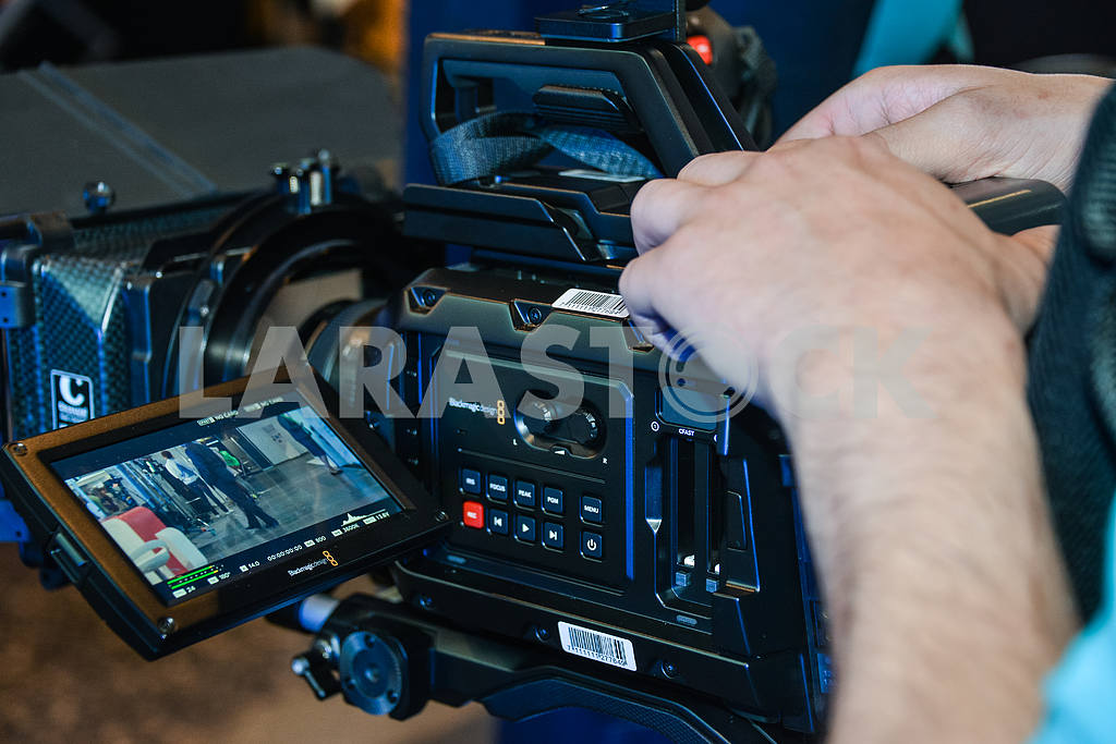 Camcorder with operator's hands. — Image 31117