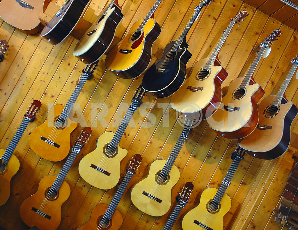 Guitars in shop of musical instruments — Image 3128