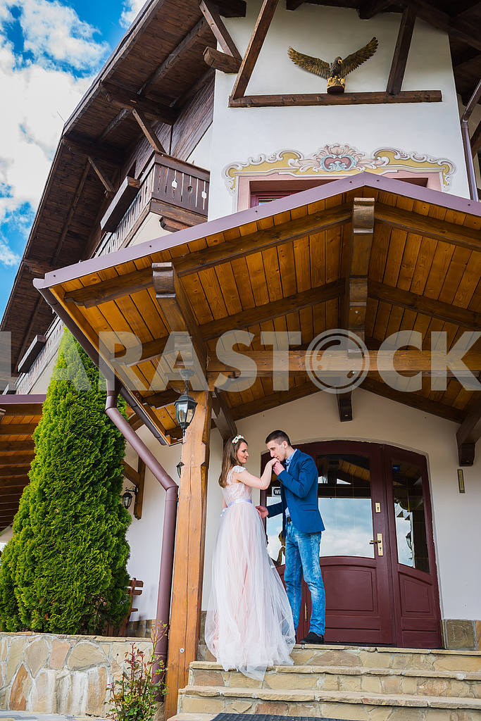 Young couple in love, Attractive man and woman enjoying romantic date, groom kissing the hand of bride — Image 31460