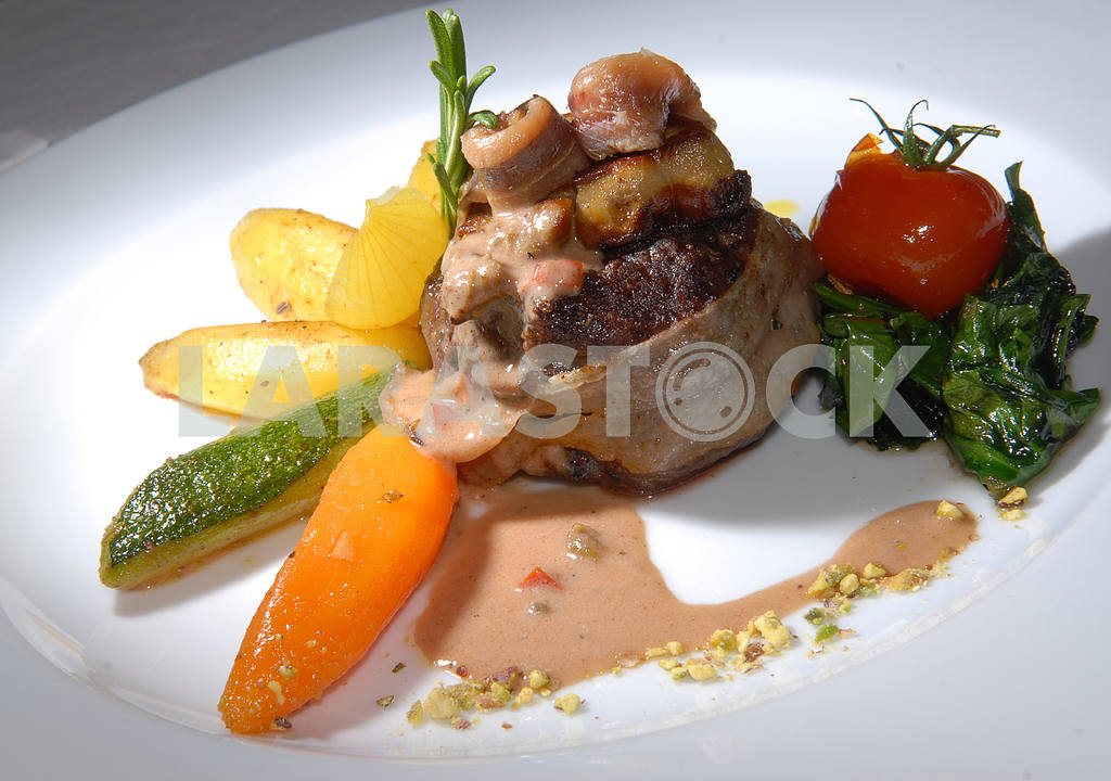 Fried mushrooms in bacon with vegetables — Image 3211