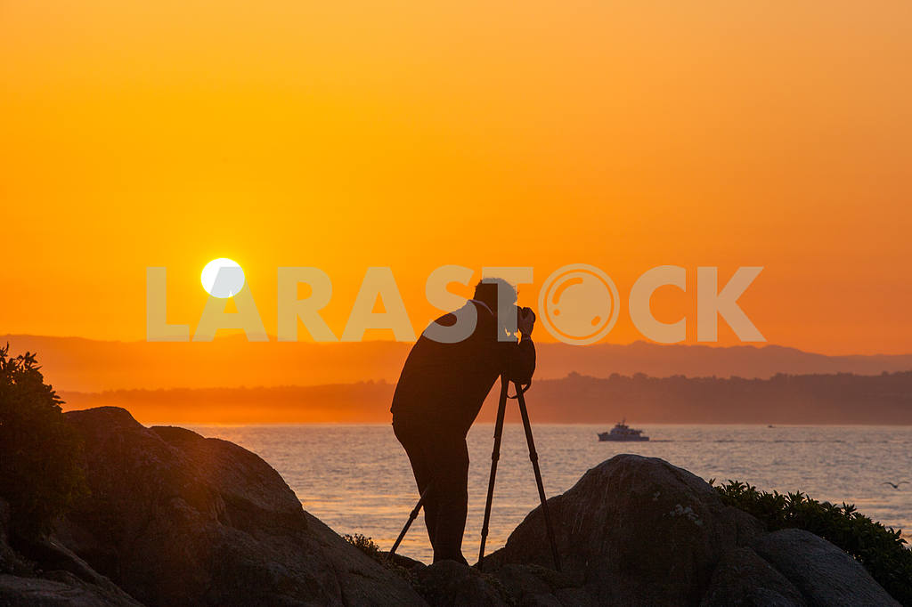 Photographer is macking a photo of sunrise  on the shore of the Pacific ocean — Image 32814