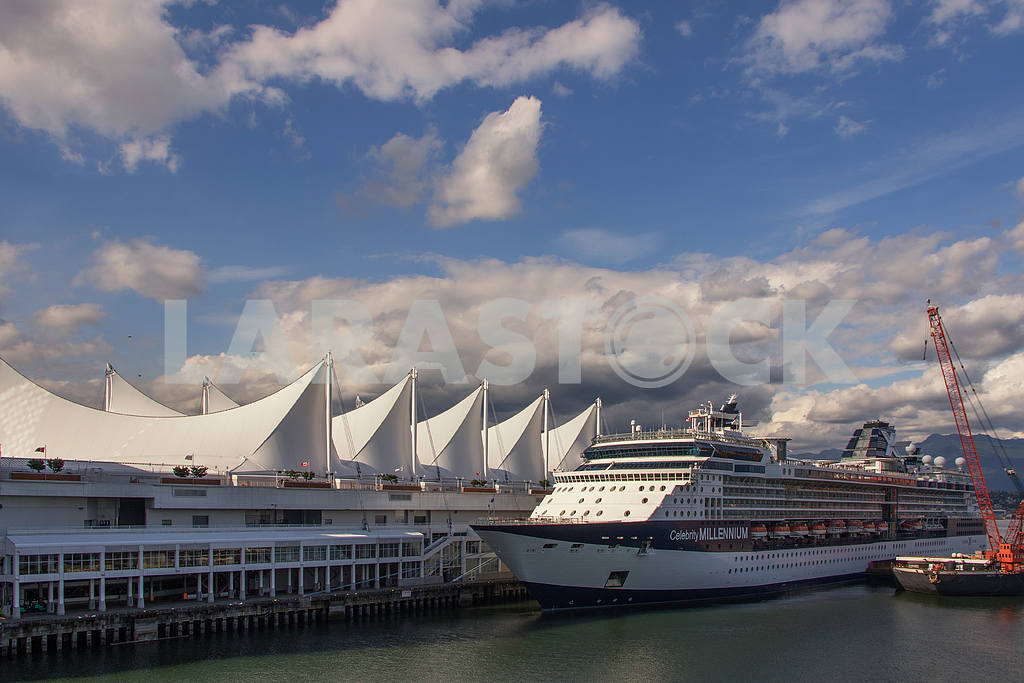 Cruise ship in port — Image 32859