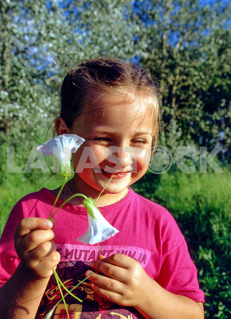 Girl enjoys flower — Image 33168