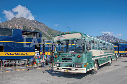 Автобус Blue bird возле поезда Аляска