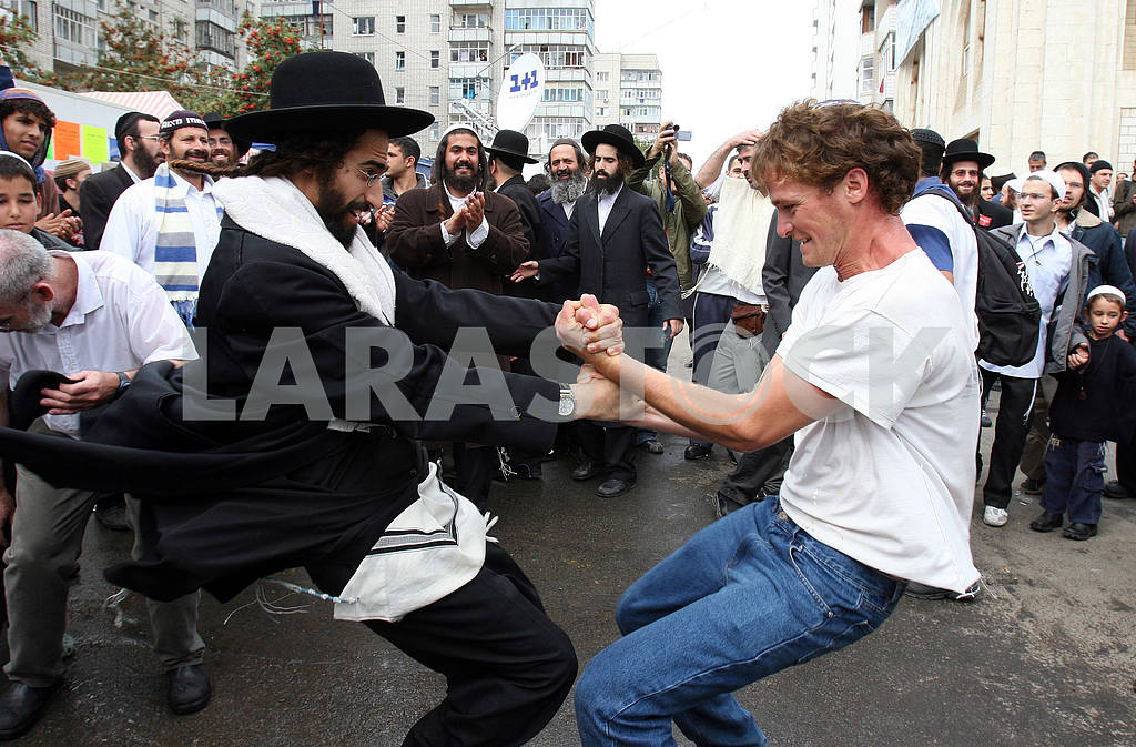 Hassid dancing with the locals in Uman — Image 33595