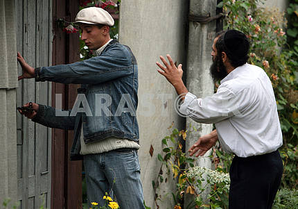 Hasid in talks with a resident Uman