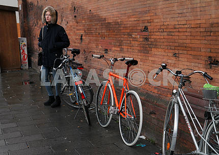 Девушка около велопарковки
