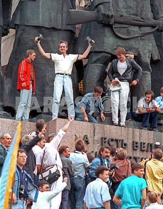 Ukrainians knocked on the letters souvenirs from a pedestal of Lenin in Kyiv in 1991