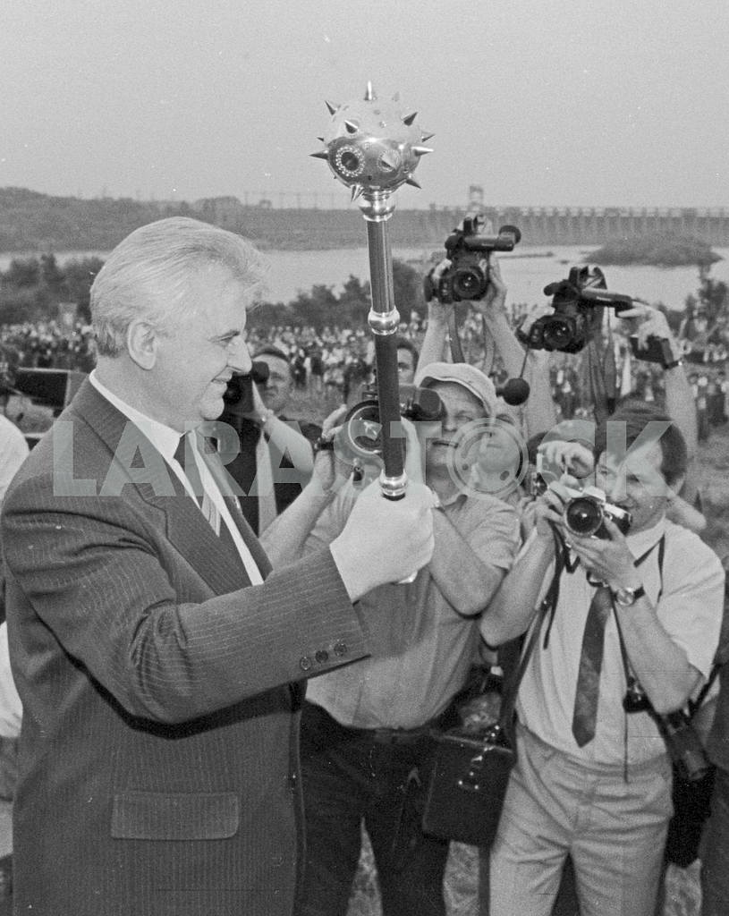 "The symbolic mace - a gift to the Chairman of the Verkhovna Rada of Ukraine Leonid Kravchuk of the organizers of the festival folk art ""Khortytsya"". Zaporozhye, June 1991. — Image 34418"