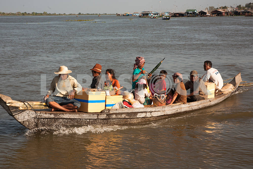 Boat loaded with villagers on the water floating on the Tonle Sap lake in Cambodia. — Image 3444