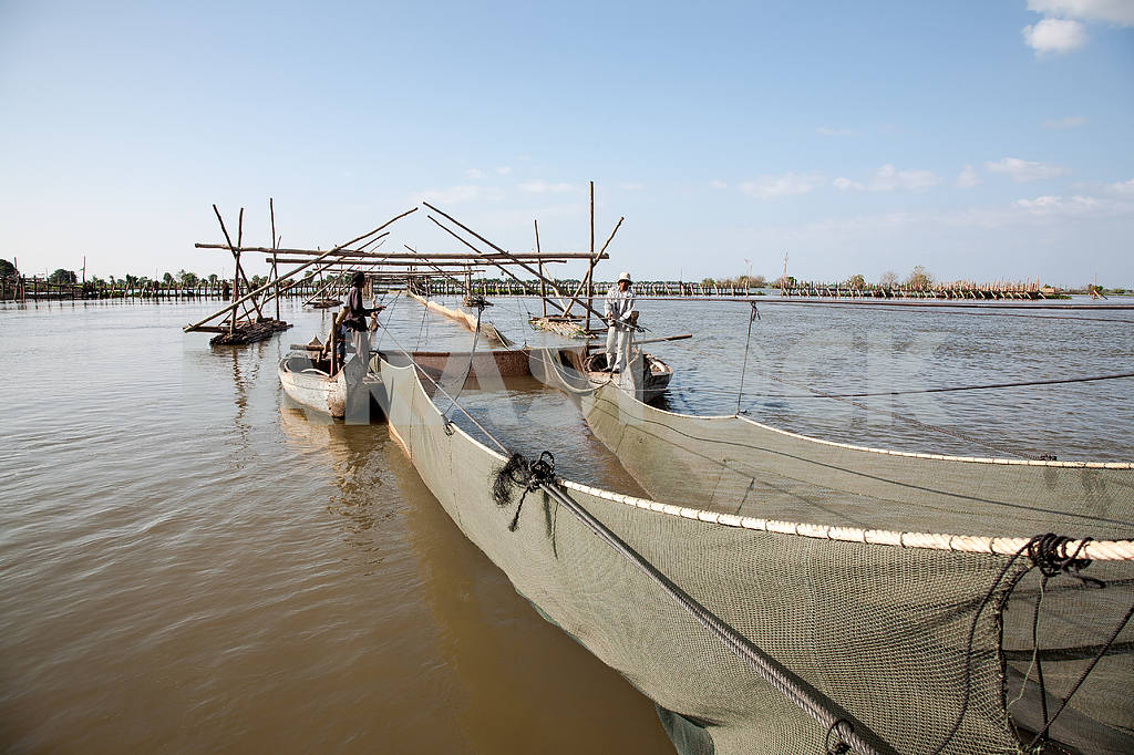 Fishing artel.Sooruzheniya industrial fishing fishing cooperative in the lake of Tonle Sap in Cambodia. — Image 3449