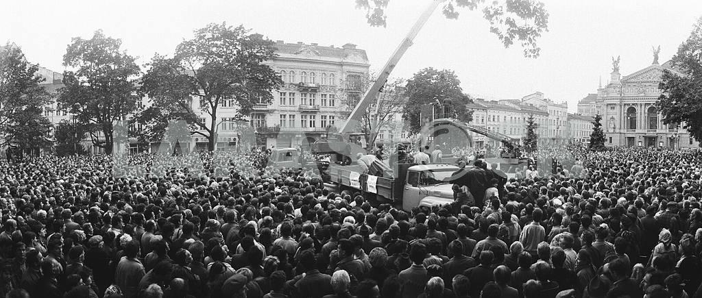 """Overthrow monument """"Lenin"""""""