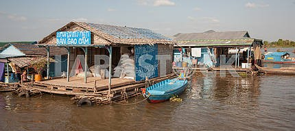 Склад со строительными материалами работает на воде на озереТонлесап в Камбодже.