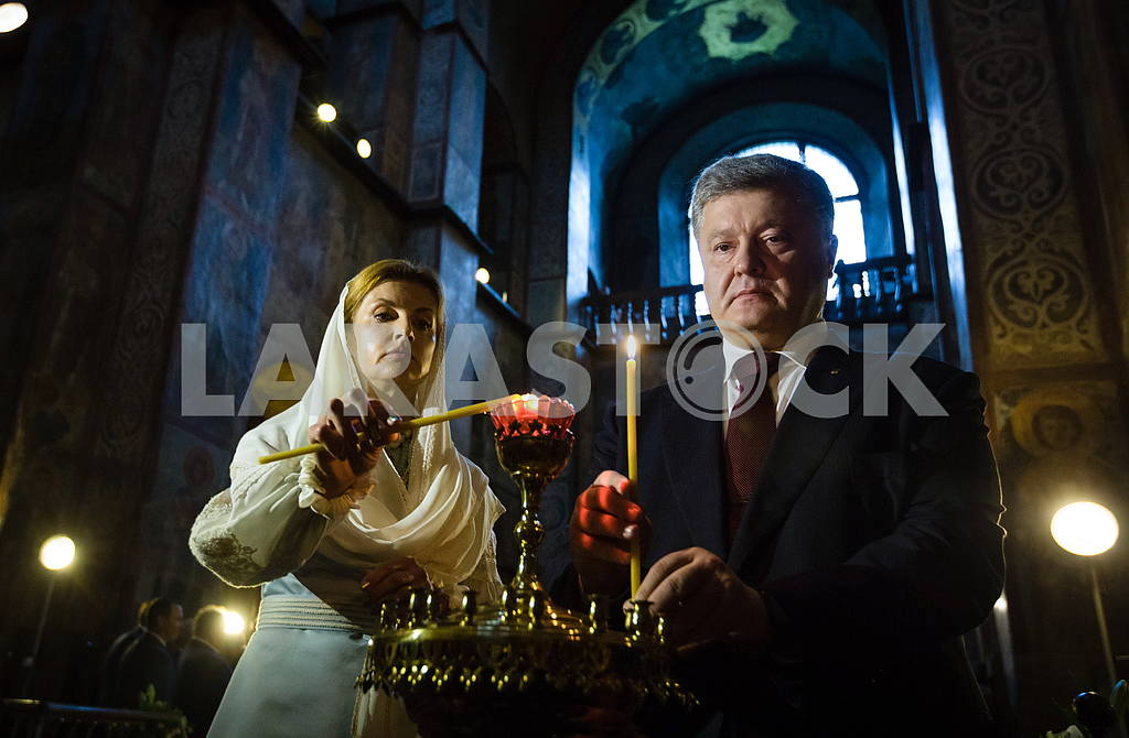 Petro Poroshenko and Marina in St. Sophia Cathedral — Image 34770