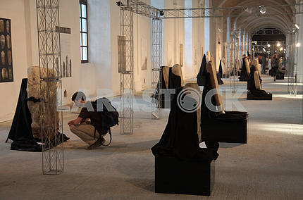 The guy sees the sculpture at the Biennale