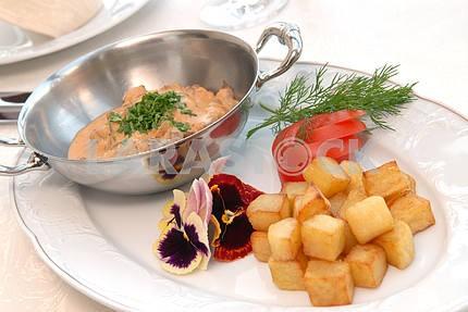 Грибы в соусе с жареной картошкой