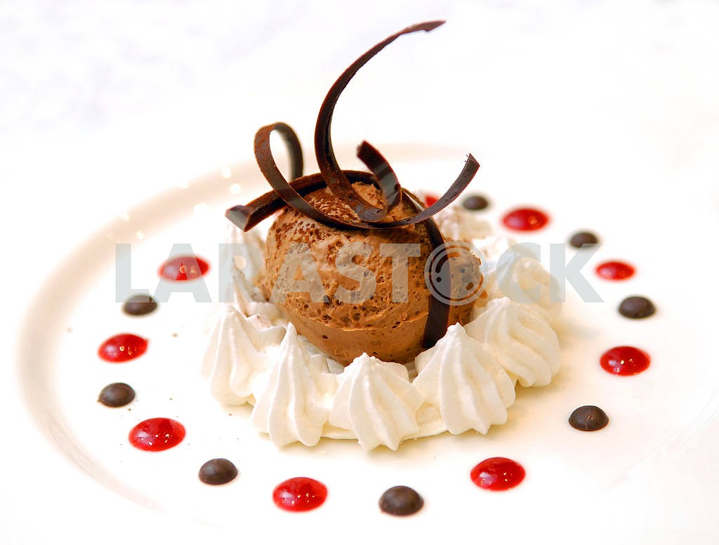 Chocolate ice-cream in whipped cream — Image 3535
