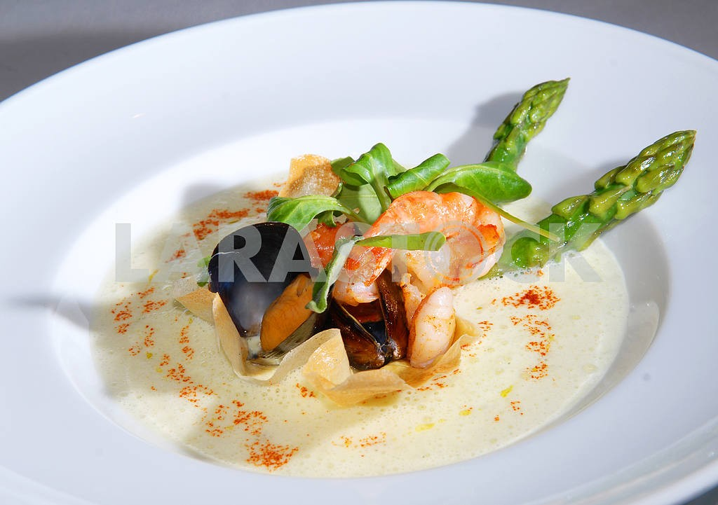 Seafood with an asparagus — Image 3540