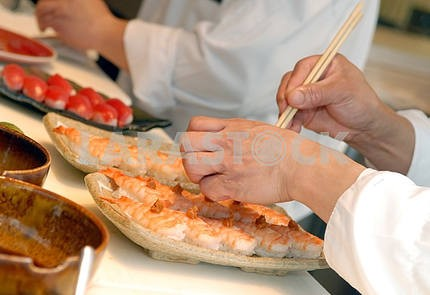 Hands of the cook do sushi