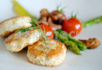 Chicken cutlets with asparagus and tomatoes
