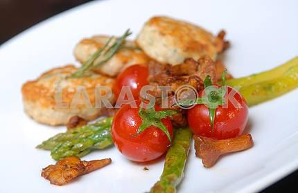 Куриные котлеты со спаржей и помидорами