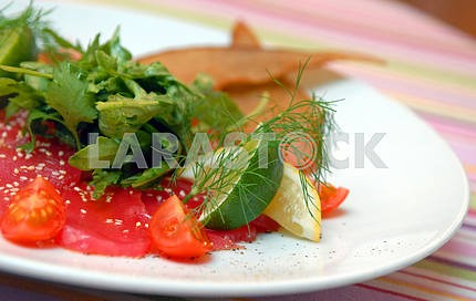 Crude tuna with leaves of salad