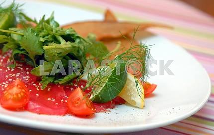 Сырая тунца с листьями салата