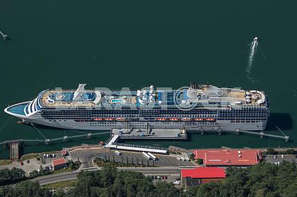 Круизный корабль пришвартованный в порту. Джуно, Аляска