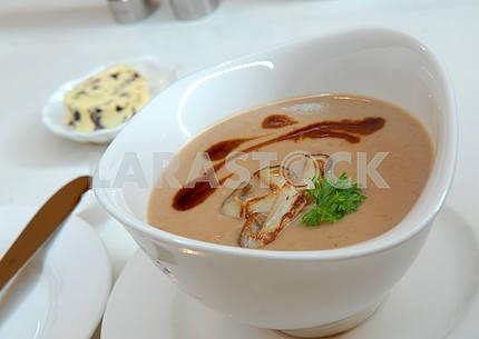 Суп из каштанов в белой чашке
