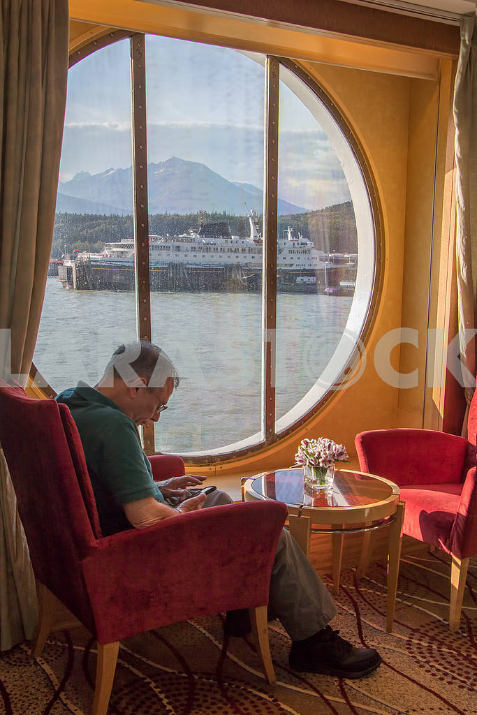 Tourist resting in the window cruise ship — Image 36119