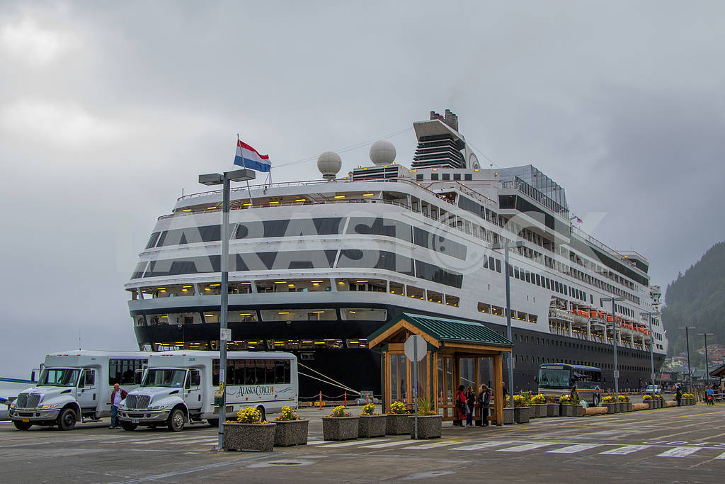 Cruise ship in the port of Alaska. — Image 36131