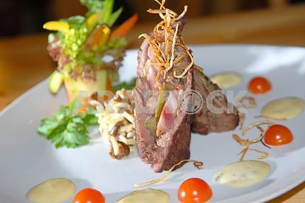 Мясо рулет с беконом и грибами