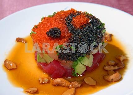 Салат из тунца с икрой и овощами
