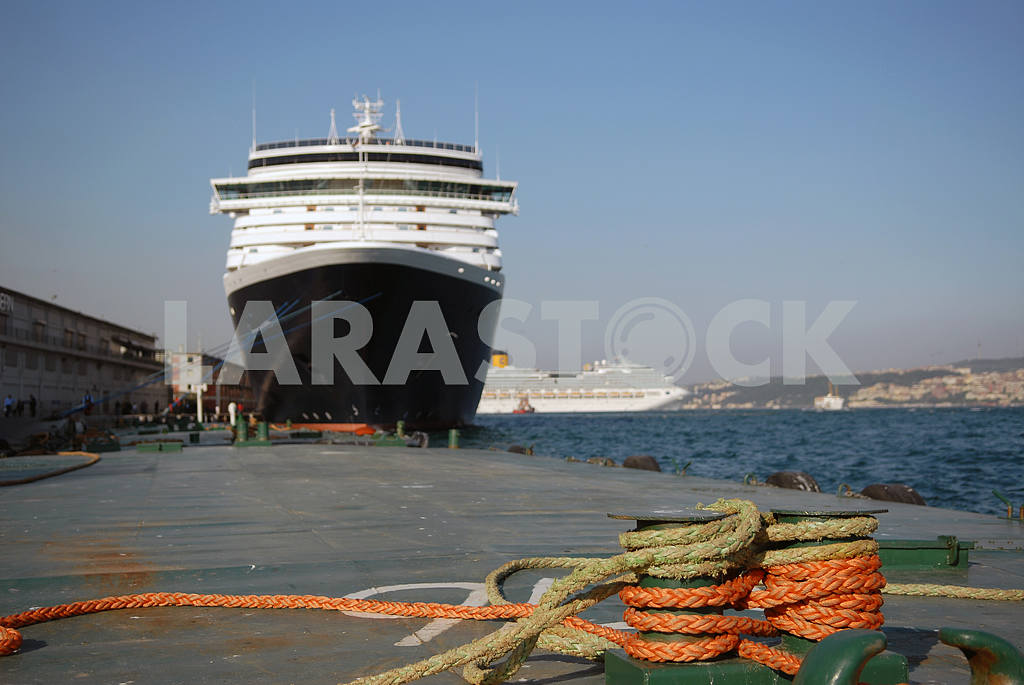 The big liner in port at a mooring — Image 3748