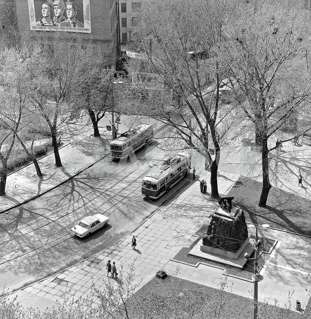 Arsenal square and the street the January Uprising. Right monument arsenaltsev 1983 — Image 3752