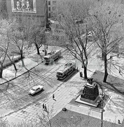Arsenal square and the street the January Uprising. Right monument arsenaltsev 1983