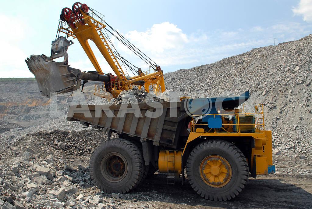Loading of iron ore  — Image 3772