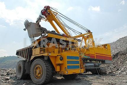Загрузка железной руды на очень большой самосвал