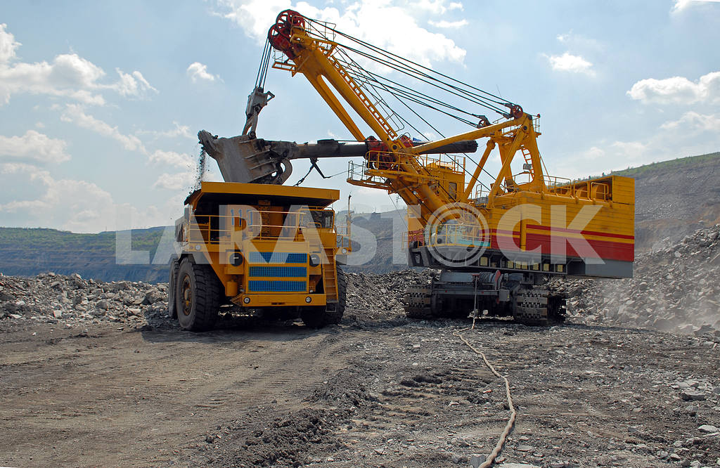 Loading of iron ore  — Image 3777