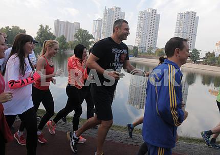 Мэр Киева Виталий Кличко вместе с братом Владимиром протестировали новую беговую дорожку в Киев