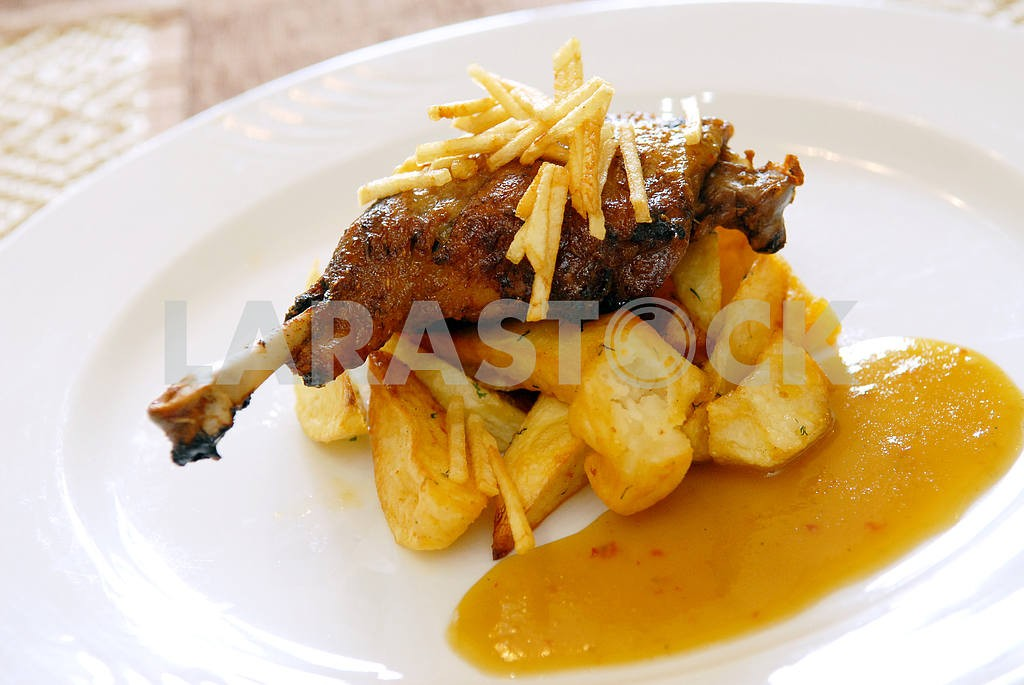 Fried chicken leg with a potato and sauce — Image 3855