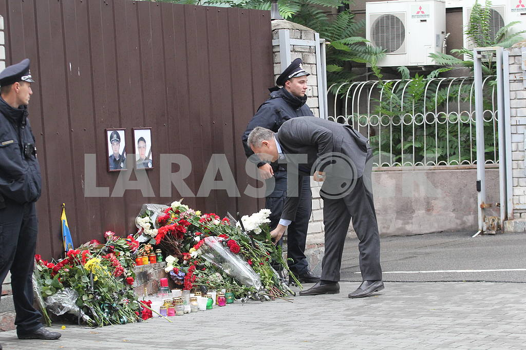 Flowers of memory to the wall of memory of the dead policemen — Image 38577