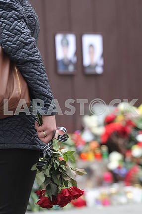 Flowers to the wall of memory of the shot policemen in the Dnieper