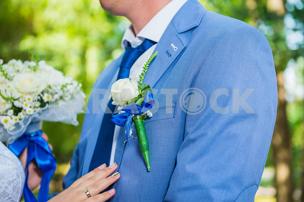 Boutonniere for the groom, on the blue jacket, close up — Image 38652