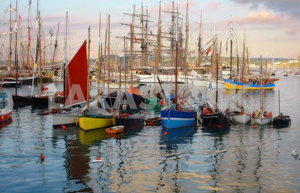 Sailing boats and stand in port on an anchor — Image 3879