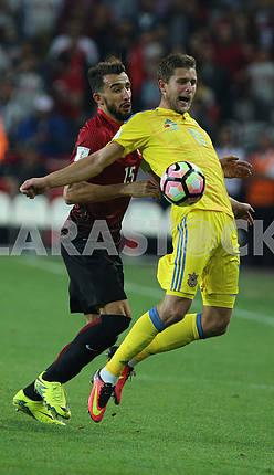 Артем Кравец и Мехмет Топал во время матча Турция - Украина